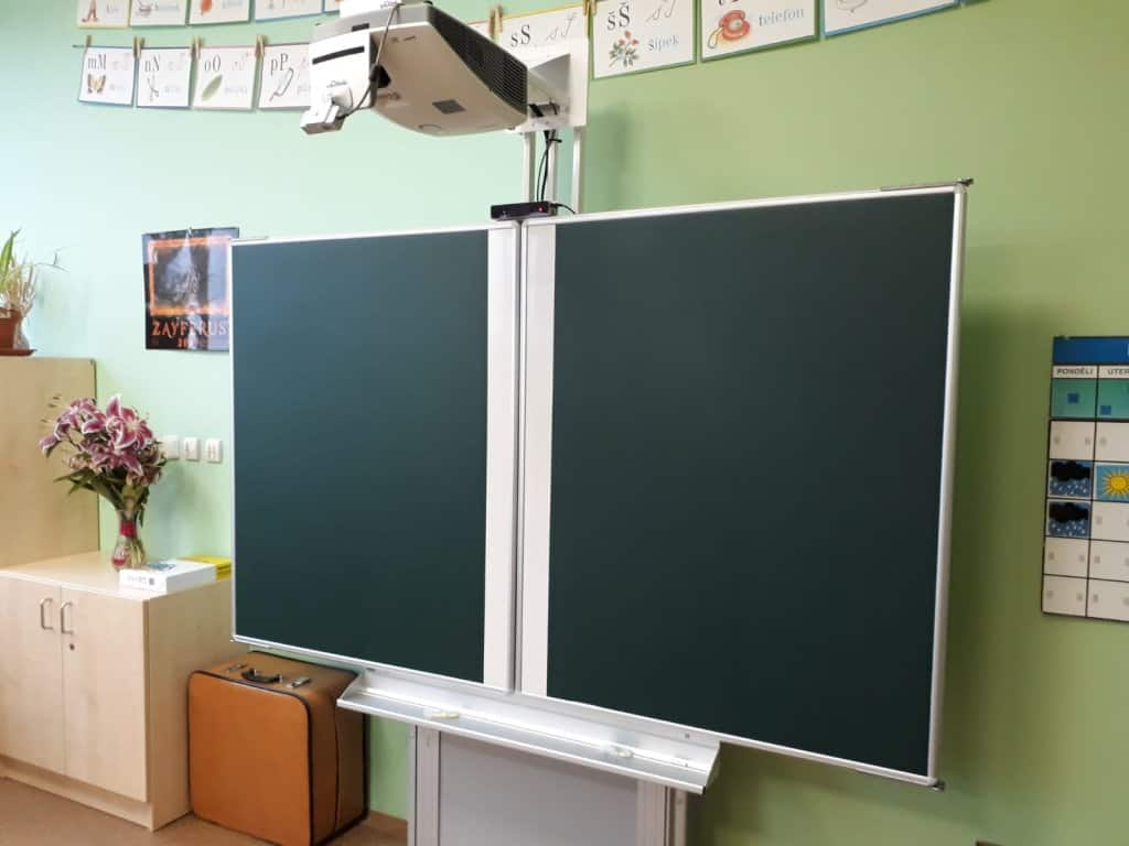 interaktivní tabule na stojanu reference